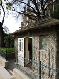 petite maison abris de gardien dans un square de paris