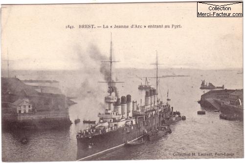 le navire le Jeanne d'arc entrant dans le port de Brest representé sur une carte postale ancienne