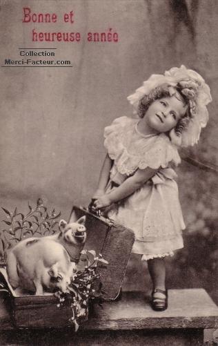 Carte postale ancienne avec des cochons dans une valise pour une carte de voeux