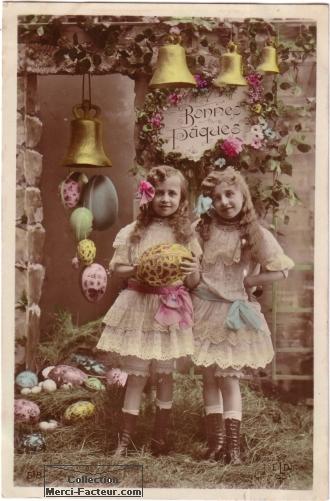 Photo de petites filles avec oeufs de paques et cloches de paques.