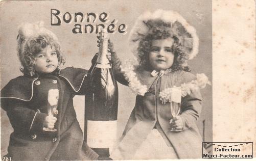 Enfants avec bouteille de champagne pour fêter la bonne année