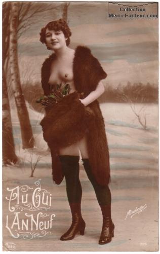 Carte de voeux érotique ancienne. Dame en manteau de fourure dans la neige