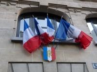 drapeaux bleu blanc rouge sur mairie à Paris