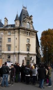 groupe de touristes sur un pont à Paris