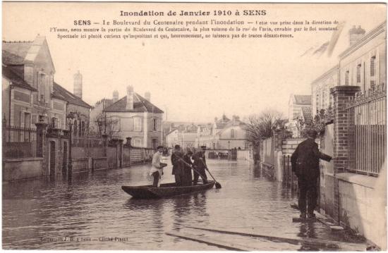 Inondation à Sens en 1910 sur carte postale ancienne. Boulevard du centenaire