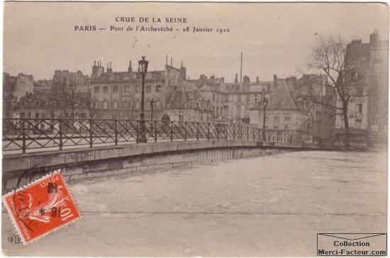 Carte postale ancienne des inondations à Paris en 1910. Vue du pont de l'Archevéché le 28 Janvier 1910