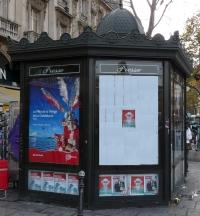 kiosque à journaux sur un boulevard à Paris dans le quartier latin rive gauche