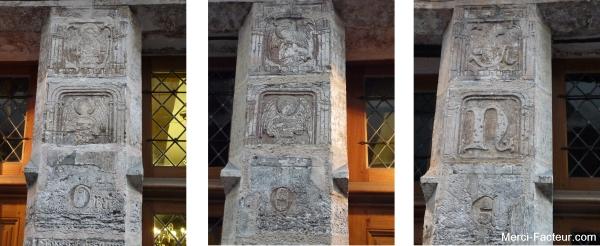 Inscription sculptées sur les piliers entre les fenetres de la maison de Nicolas Flamel